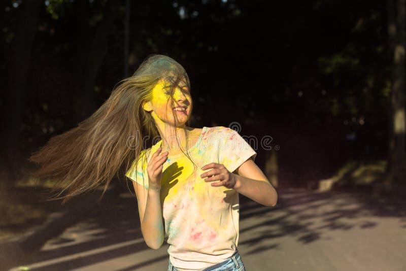 Download Het Gelukkige Meisje Stellen Met Gele En Roze Holi-poeder Het Exploderen Nea Stock Foto - Afbeelding bestaande uit poeder, achtergrond: 107705636