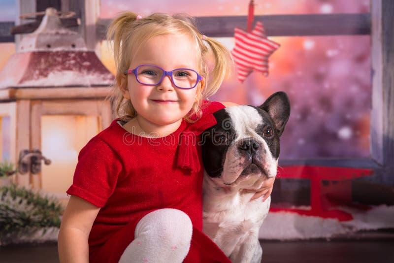 Het gelukkige meisje stellen met haar hond stock afbeelding