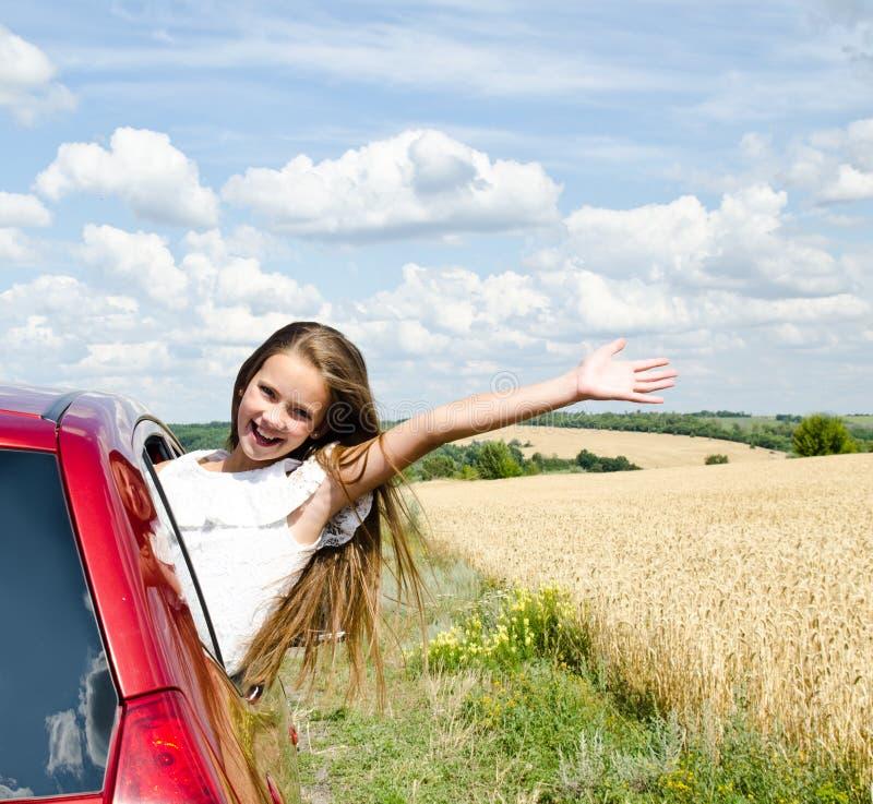 Het gelukkige meisje van het meisjekind gaat naar de reis van de de zomerreis stock afbeeldingen