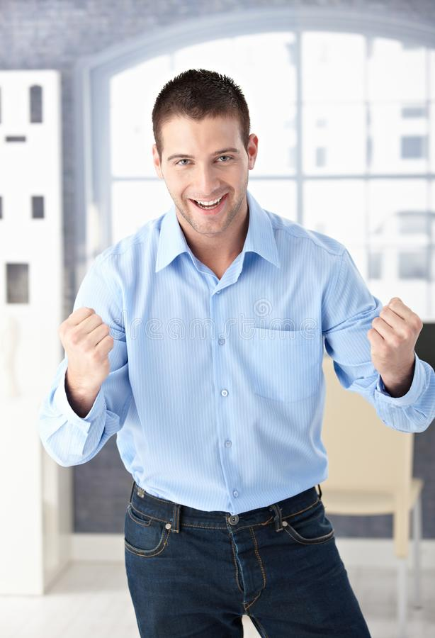 Het gelukkige mens het vieren succes glimlachen royalty-vrije stock afbeeldingen