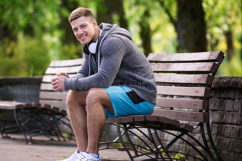 Het gelukkige mens ontspannen bij het park stock foto