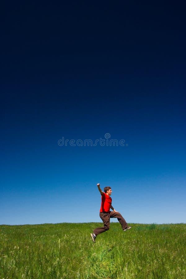 Het gelukkige mens springen stock afbeeldingen