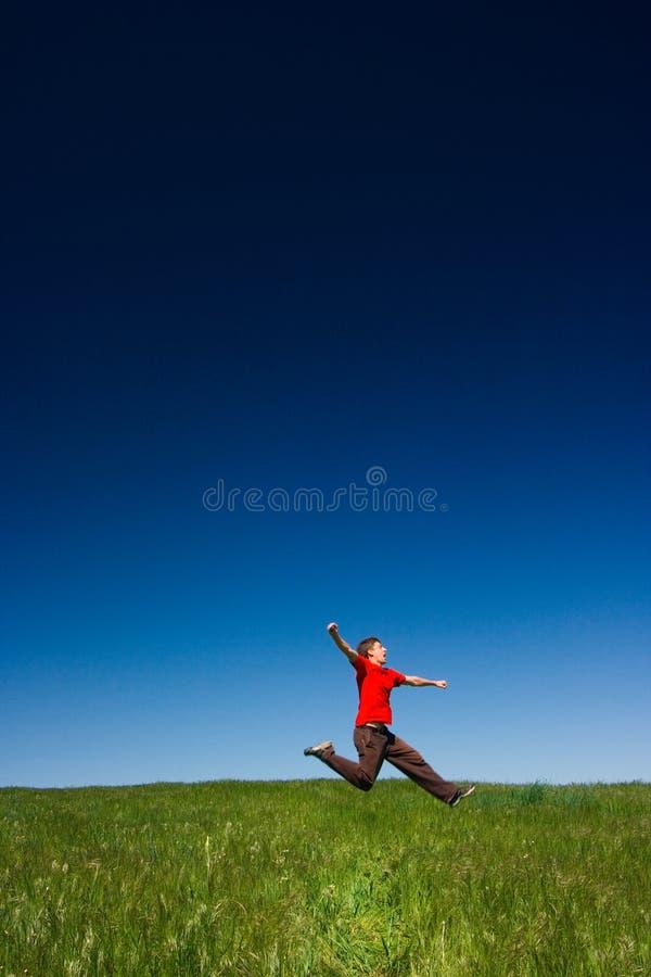 Het gelukkige mens springen royalty-vrije stock foto