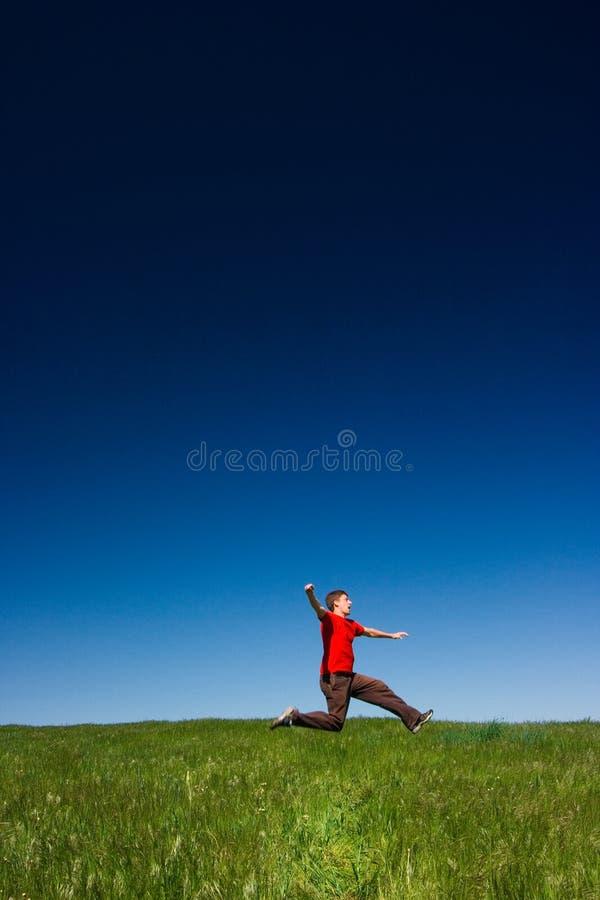 Het gelukkige mens springen stock afbeelding
