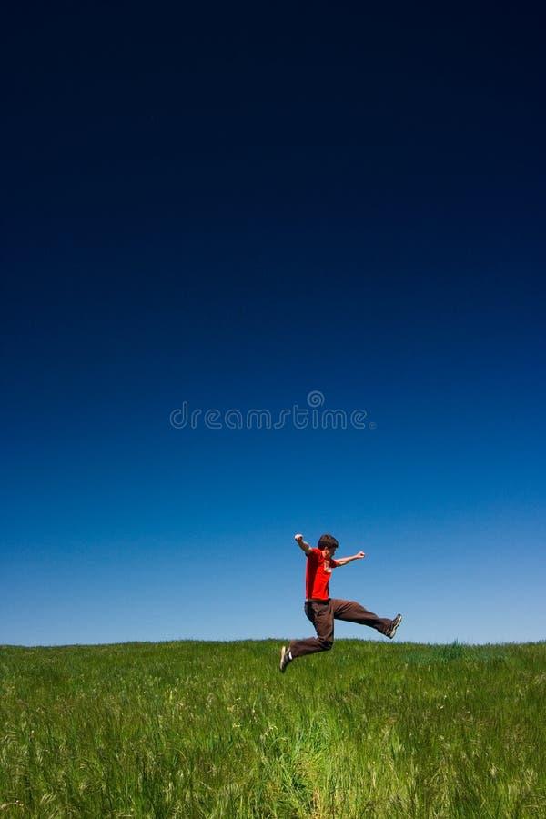 Het gelukkige mens springen royalty-vrije stock fotografie