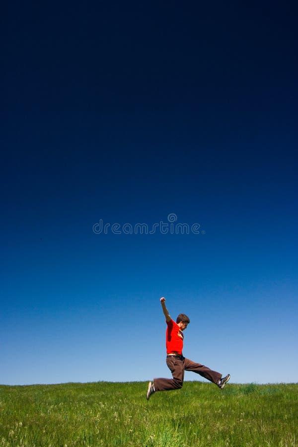 Het gelukkige mens springen stock foto