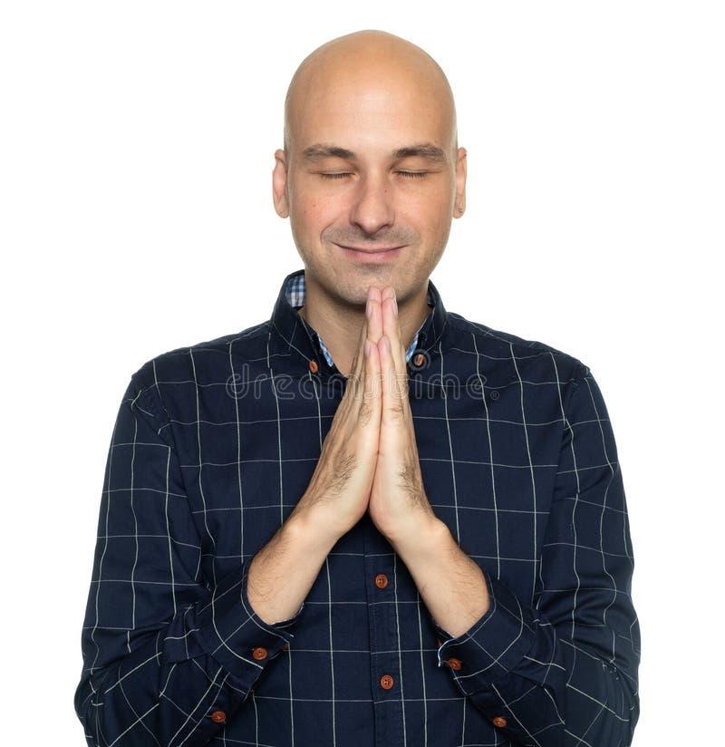 Het gelukkige midden oude kale mens bidden royalty-vrije stock foto's