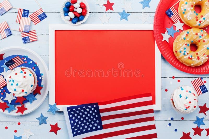Het gelukkige model van juli van de Onafhankelijkheidsdag 4 met Amerikaanse vlag en zoet die voedsel, met sterren en confettien w stock afbeelding