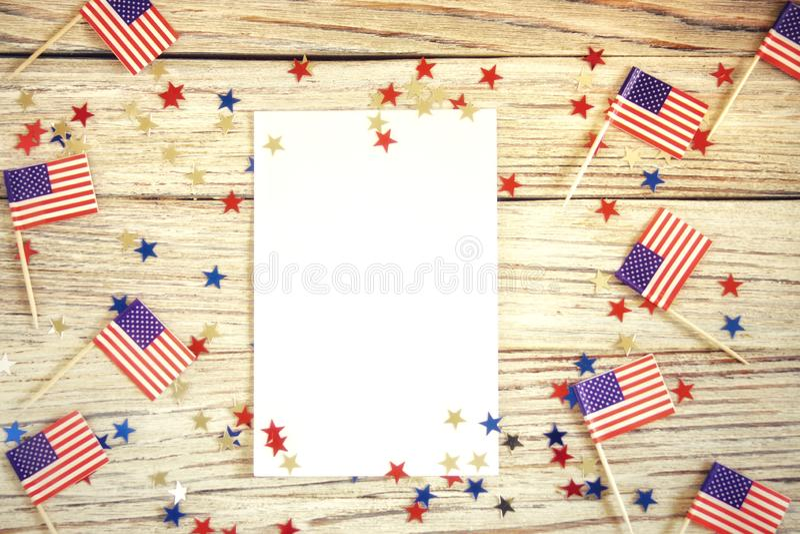 Het gelukkige model van juli van de Onafhankelijkheidsdag 4 met mini Amerikaanse vlag die met sterren en confettien wordt verfraa stock afbeeldingen