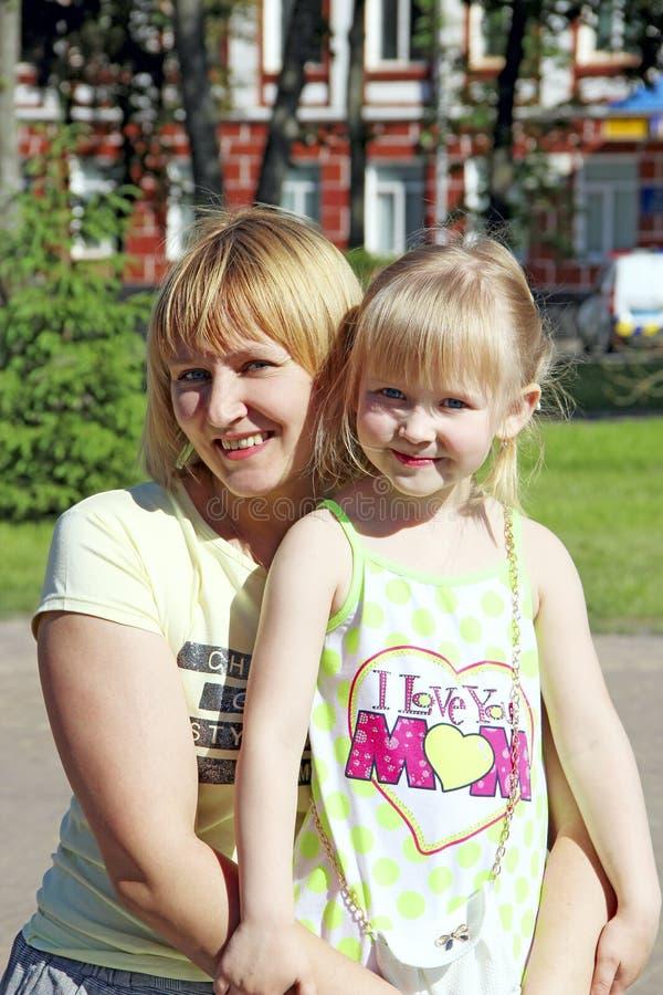 Het gelukkige moeder en dochter glimlachen Het portret van de familie royalty-vrije stock foto's