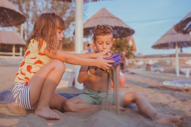 Het gelukkige moeder en zoons spelen in het water royalty-vrije stock foto