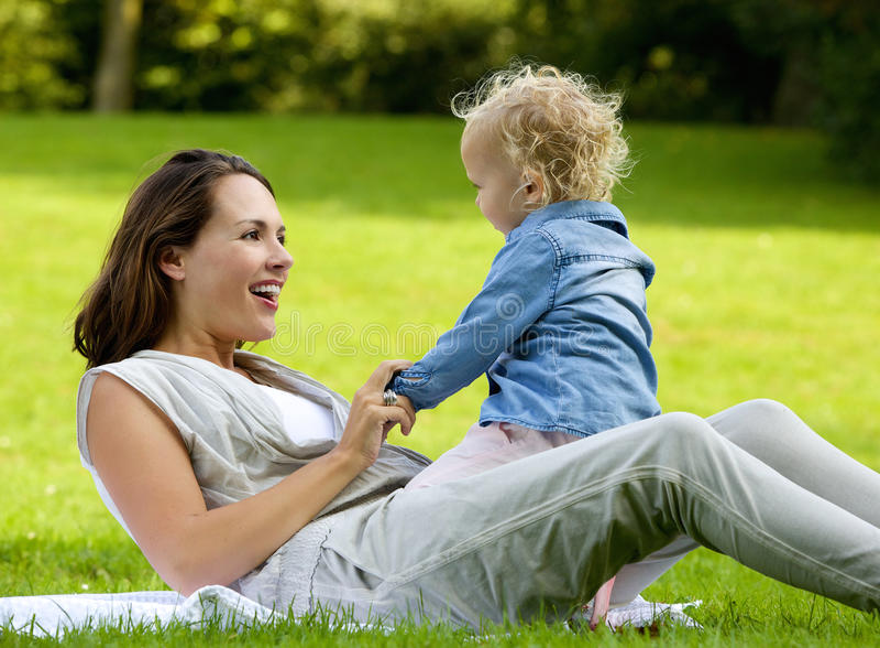 Het gelukkige moeder spelen met babydochter in openlucht royalty-vrije stock foto