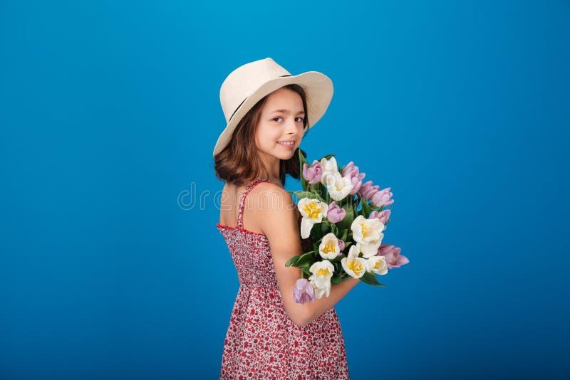 Het gelukkige mooie boeket van de meisjeholding van bloemen royalty-vrije stock afbeelding
