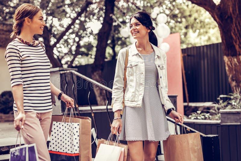 Het gelukkige mooie de vrouwen van Nice gaan die samen winkelen royalty-vrije stock foto