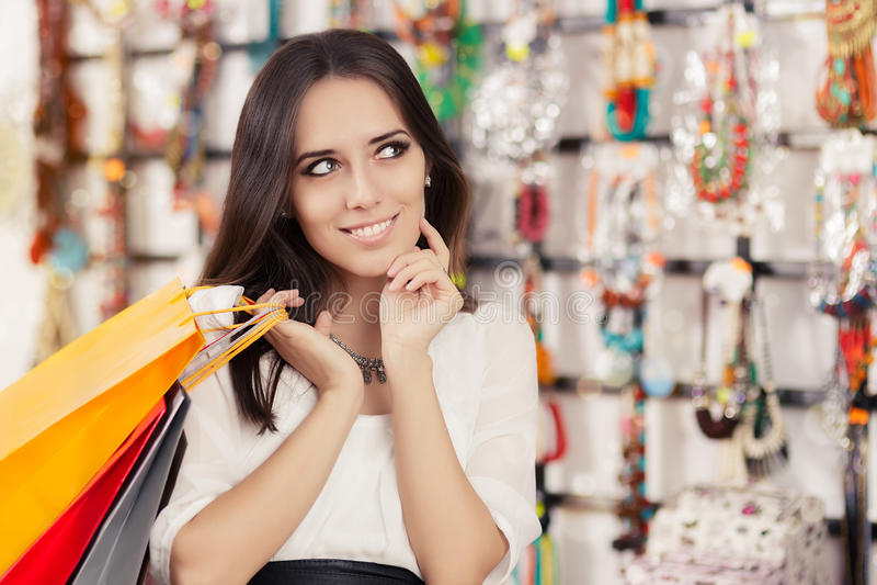 Het gelukkige mooie vrouw winkelen royalty-vrije stock afbeeldingen