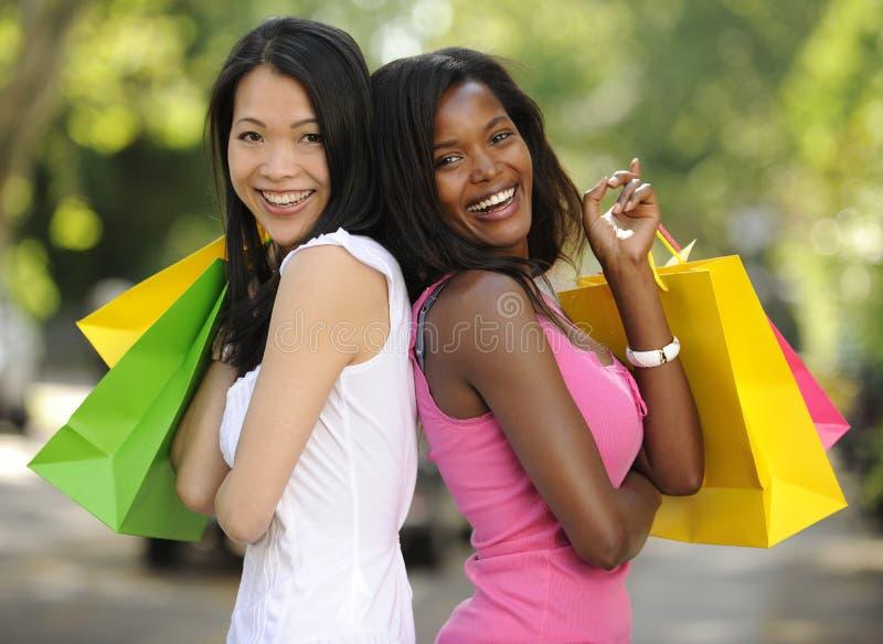 Het gelukkige multiethnic vrienden winkelen royalty-vrije stock afbeeldingen