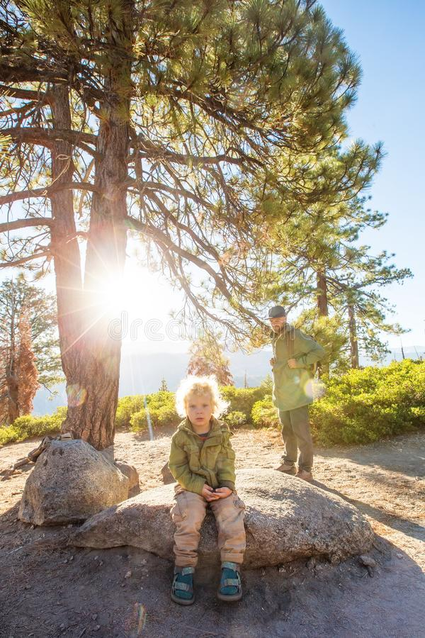 Het gelukkige nationale park van Yosemite van het familiebezoek in Californi? stock fotografie