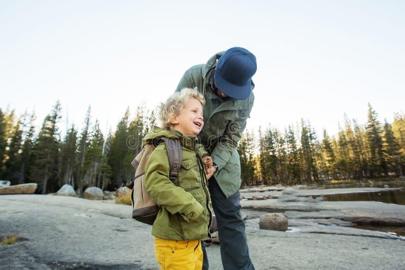 Het gelukkige nationale park van Yosemite van het familiebezoek in Californi? royalty-vrije stock foto's