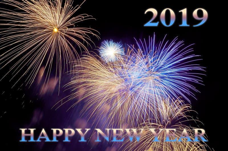 Het Gelukkige nieuwe jaar 2019 van kleurenbrieven en flitsen van vuurwerk stock foto's