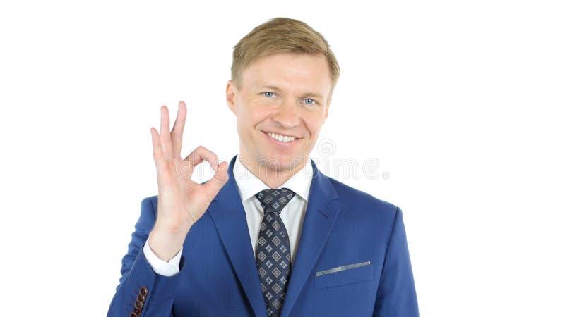 Het gelukkige o.k. teken van de zakenmanmens - portret op witte achtergrond stock afbeelding