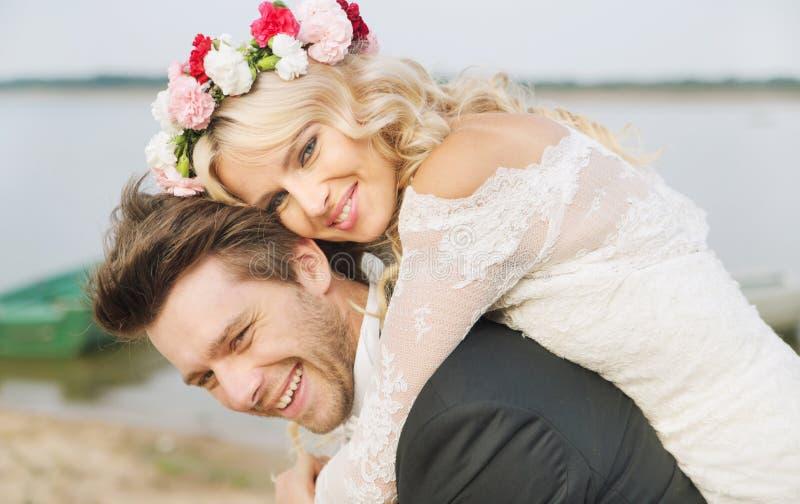Het gelukkige ontspannen huwelijkspaar koesteren stock afbeeldingen