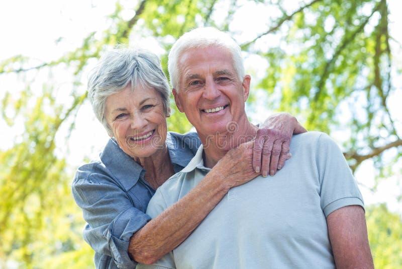 Het gelukkige oude paar glimlachen royalty-vrije stock afbeelding