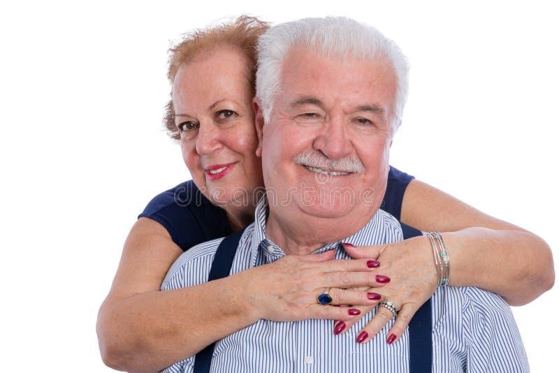Het gelukkige oudere paar omhelzen royalty-vrije stock afbeelding