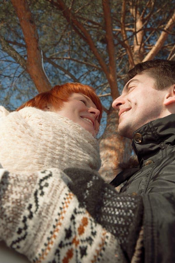 Het gelukkige paar bekijkt elkaar in park onder boom royalty-vrije stock foto's