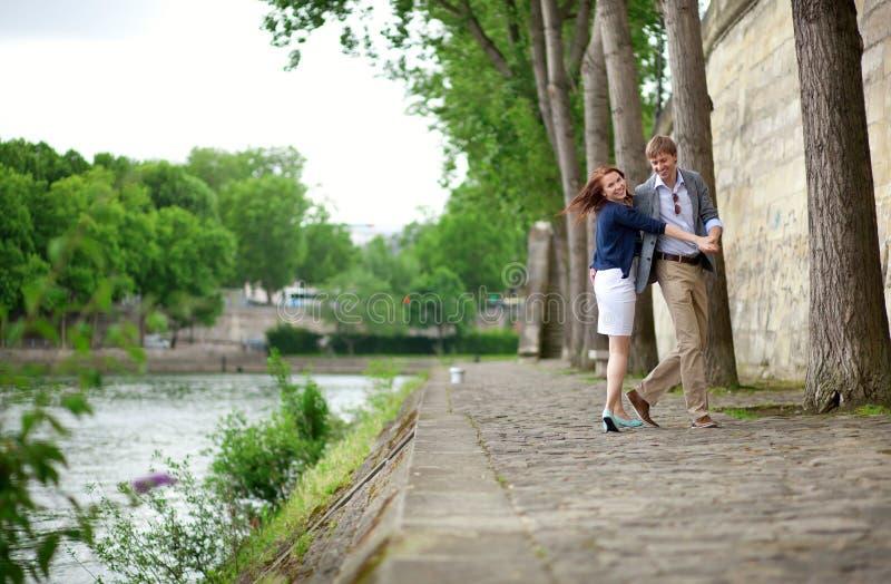 Het gelukkige paar danst op de dijk van de Zegen stock foto