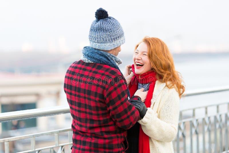 Het gelukkige paar houdt van lopend in stad Rougevrouwen en man die op straat lachen De mannen in blauwe hoed maakt grappige ruwe stock afbeeldingen