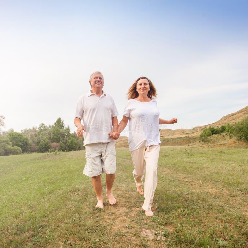 Het gelukkige paar lopen royalty-vrije stock foto's