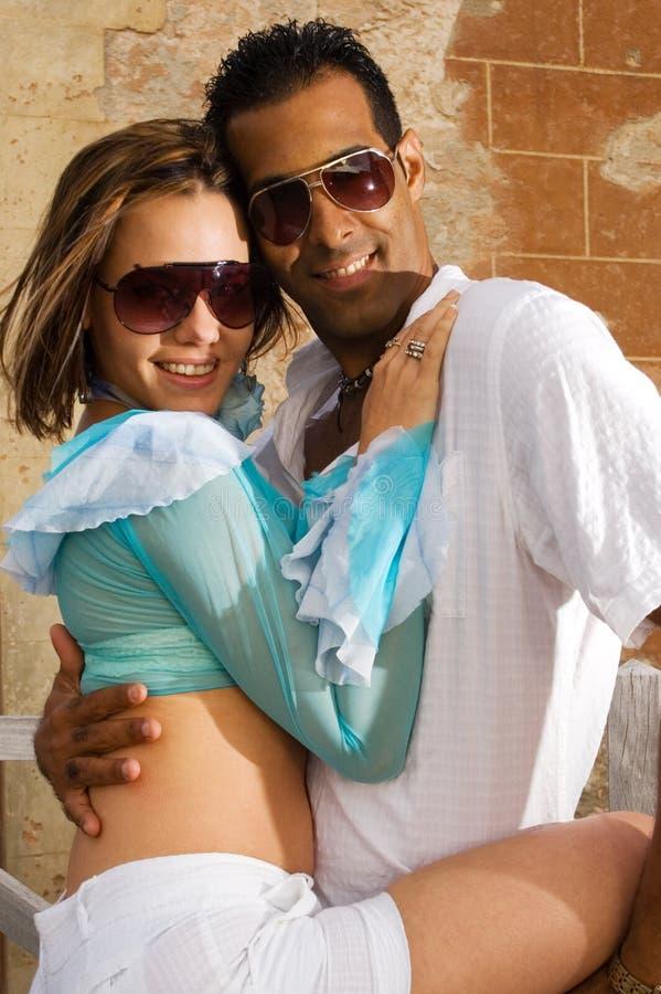 Het gelukkige paar omhelzen stock foto