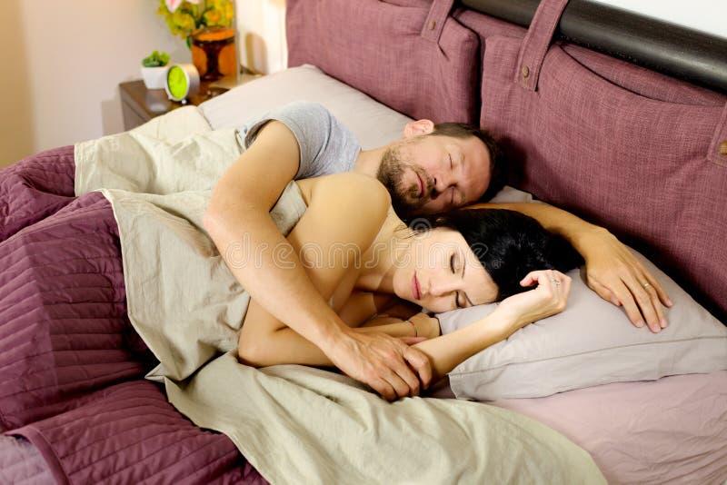Het gelukkige paar ontspannen in bed in de ochtend stock afbeelding