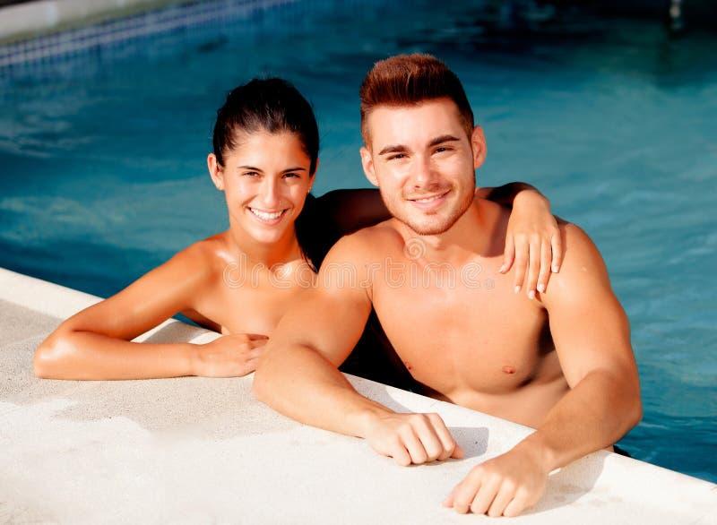 Het gelukkige paar ontspannen in de pool stock foto