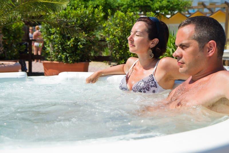 Het gelukkige paar ontspannen in hete ton Vakantie royalty-vrije stock afbeeldingen