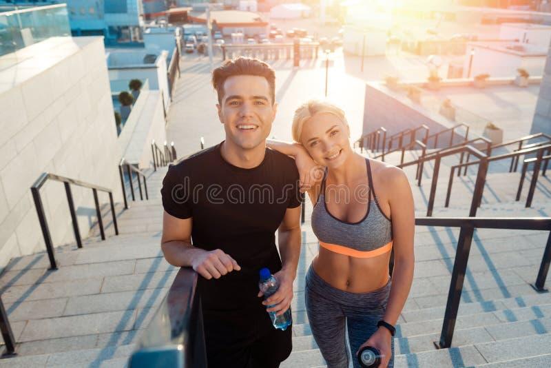 Het gelukkige paar stellen voor foto royalty-vrije stock afbeelding