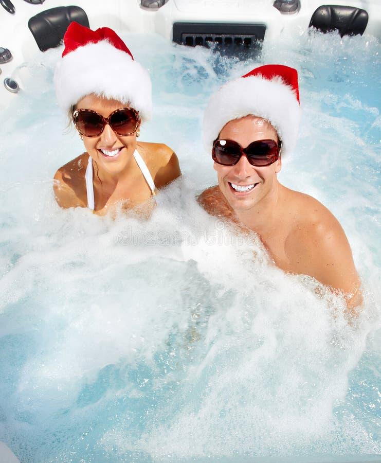 Het gelukkige paar van Kerstmissanta in Jacuzzi. royalty-vrije stock afbeelding