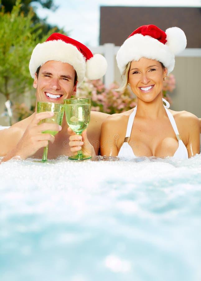 Het gelukkige paar van Kerstmissanta in Jacuzzi. royalty-vrije stock foto's