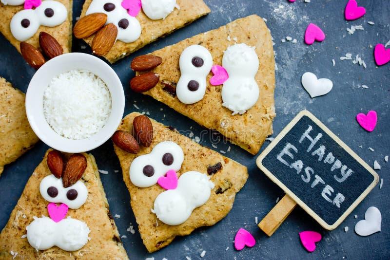 Het gelukkige Pasen-voedselidee voor jong geitje behandelt grappige konijntjeskoekjes stock foto