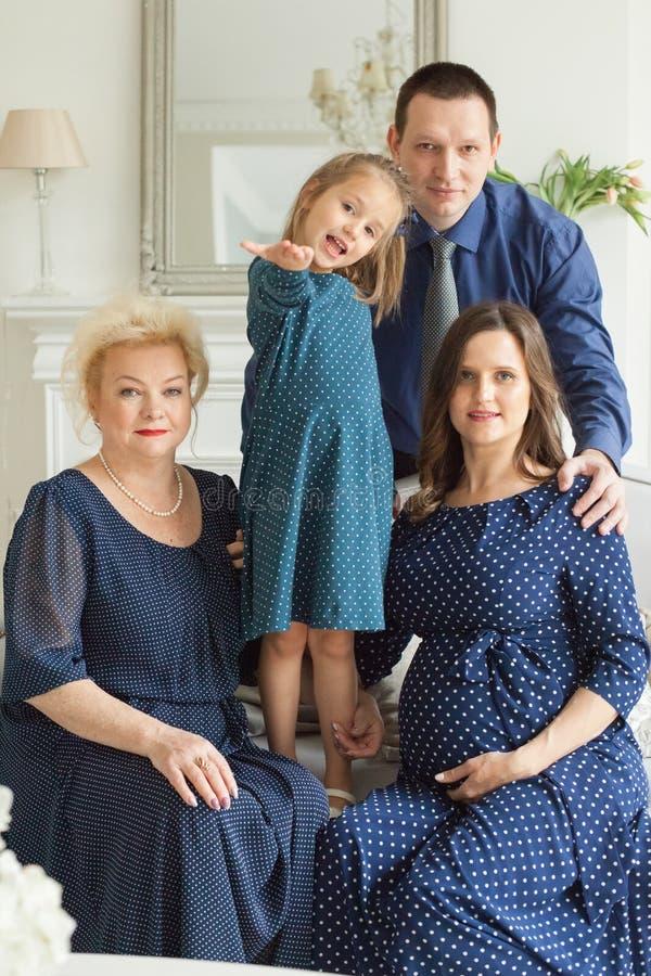 Het gelukkige Portret van de Familie Glimlachende moeder, dochter, vader royalty-vrije stock fotografie