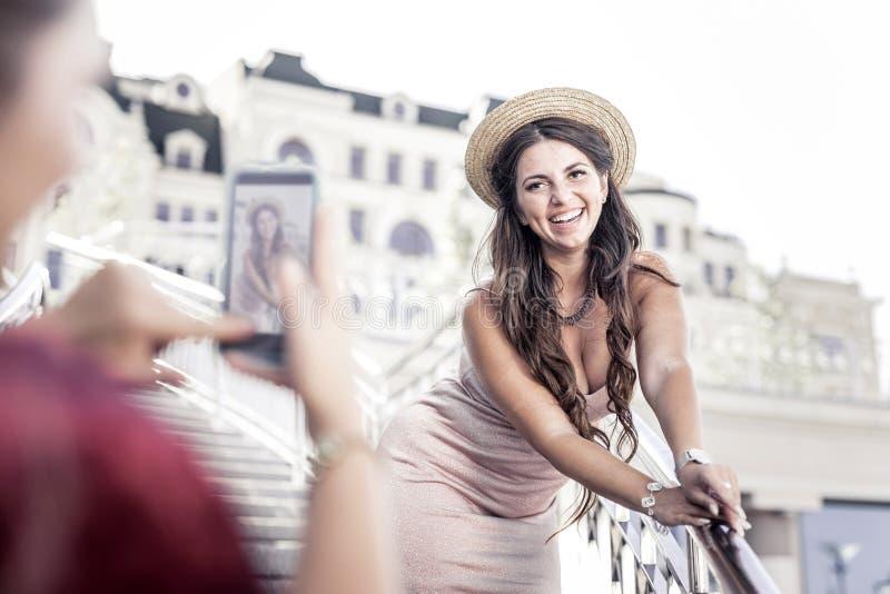 Het gelukkige positieve vrouw stellen voor een foto royalty-vrije stock foto's