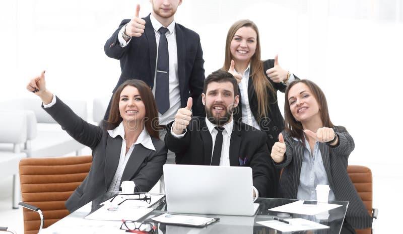 Het gelukkige professionele commerciële team tonen beduimelt omhoog royalty-vrije stock foto