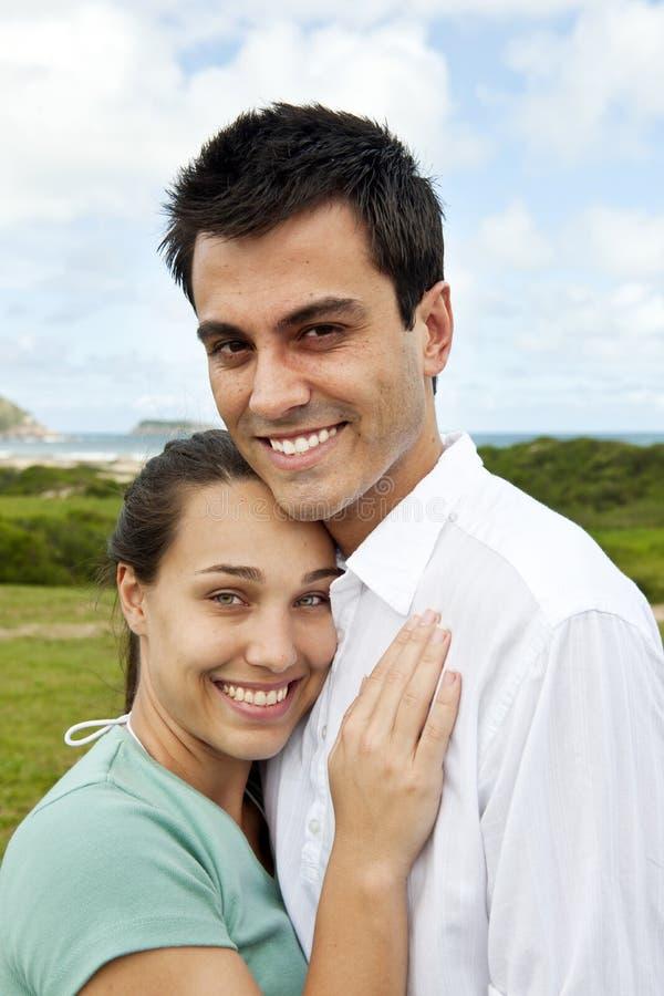Het gelukkige Spaanse paar glimlachen stock fotografie