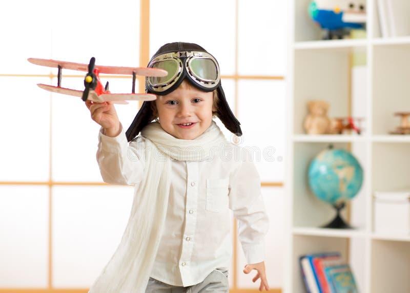 Het gelukkige spel van de kindjongen in vliegtuig binnen stock fotografie