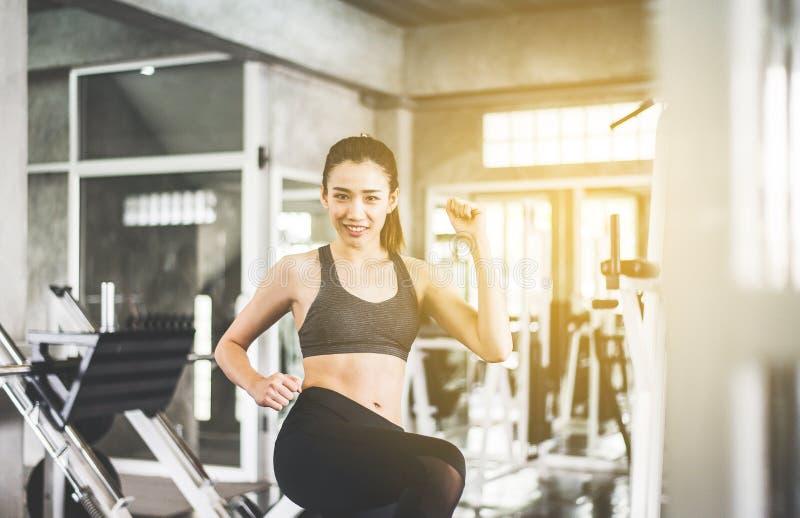 Het gelukkige sport Aziatische vrouw uitrekken zich voor het opwarmen alvorens te doen opleiding, Dwars geschikte lichaams spiert royalty-vrije stock fotografie