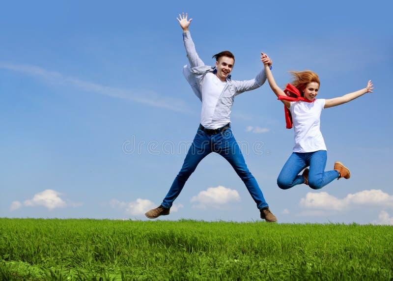 Het gelukkige Springen van het Paar Het concept van de vrijheid Vrij Springende mensen