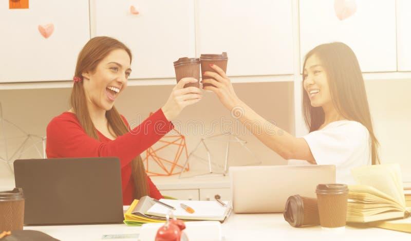 Het gelukkige studenten drinken royalty-vrije stock fotografie