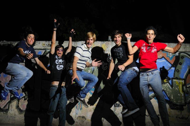 Het gelukkige team springen van vreugde