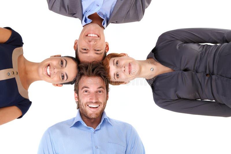Het gelukkige team zetten leidt samen stock afbeelding