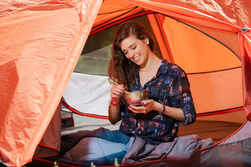 Het gelukkige toeristenmeisje heeft lunch in tent royalty-vrije stock foto